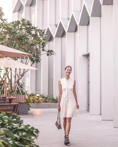 Fashion Paula Verhoeven berbalut Louis Vuitton di Singapura. Foto: Dok. Instagram/Paula Verhoeven