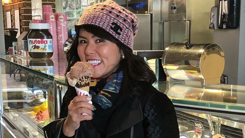 10 Potret Fifi Lety Adik Ahok yang Selalu Happy Saat Kulineran