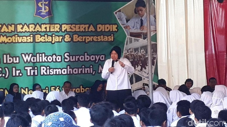 Risma Prihatin Anak Penjual Koran Belajar di Pinggir Jalan