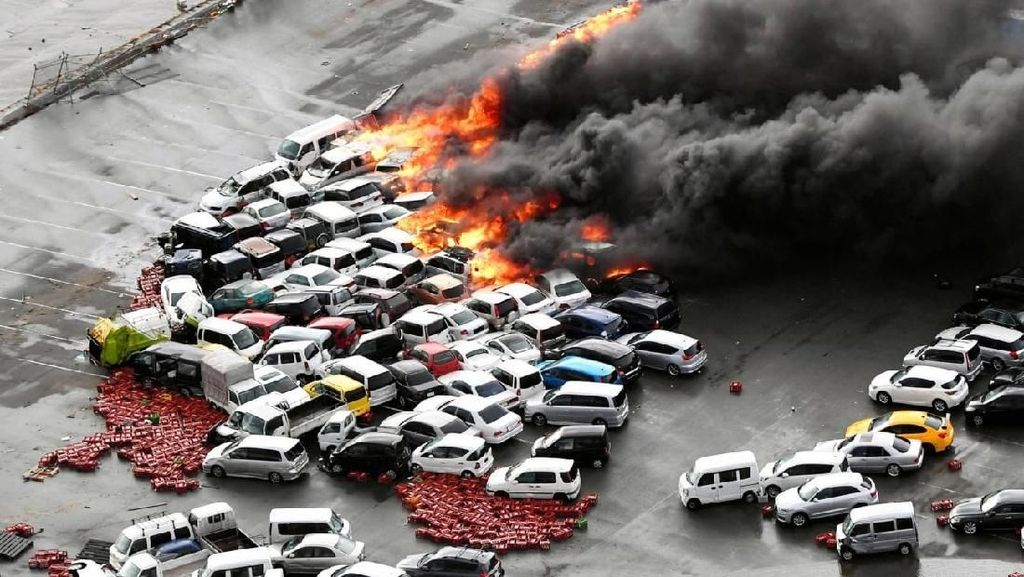Ratusan Mobil Terbakar Akibat Topan Jebi di Jepang