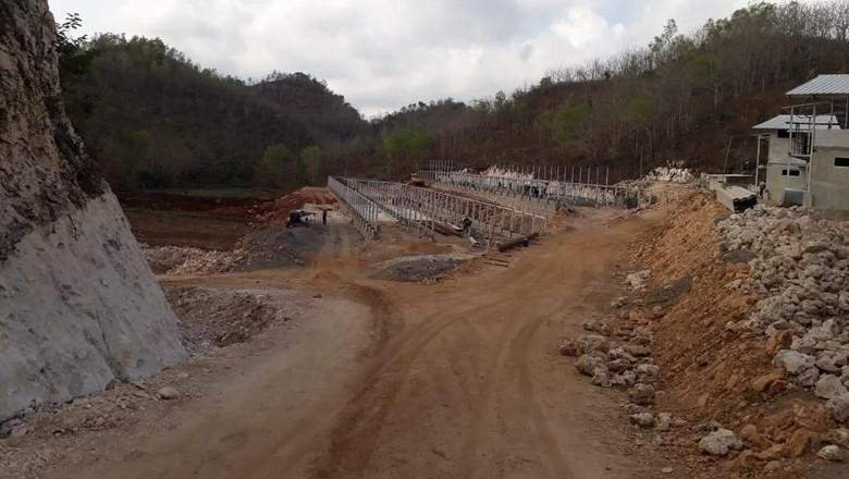 Foto: Pembangunan peternakan ayam membabat 5 bukit karst (Istimewa/Cahyo)