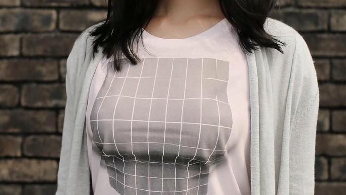 Sekilas kaus yang dikenakan wanita ini tampak menonjolkan payudaranya. (Foto: Instagram/ekod_works)