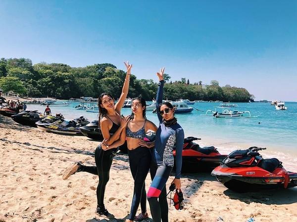 i Instagram juga tidak ada foto mereka berdua main jet ski bareng. Yang ada, foto Maria Selena saat seru-seruan dengan teman-teman ceweknya (Instagram/@mariaselena_)