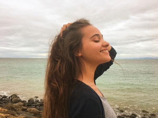 Saking sukanya dengan laut, Aurora menuliskan bahwa suara paling indah adalah angin yang berhembus di pantai. (auroraribero/Instagram)