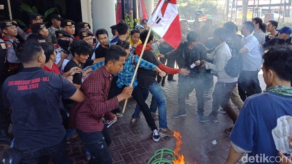 Demo di Jember Tuntut Transparansi Anggaran Buta Aksara Sempat Ricuh