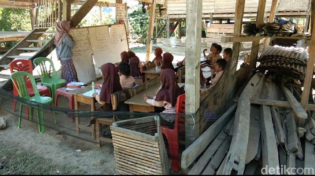 Miris! Siswa Kelas 1-6 SD di Pinrang Sulsel Belajar di Kolong Rumah