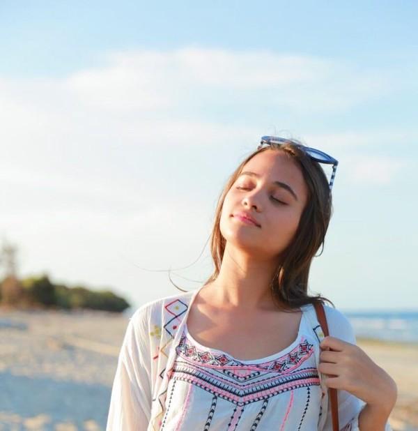 Artis muda Aurora Ribero pernah berkunjung ke Sumba. Menimati keindahan pantainya, Aurora terlihat senang. (auroraribero/Instagram)
