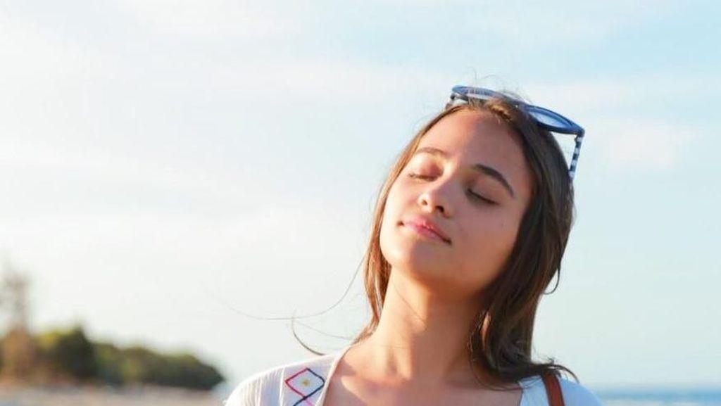 Pantai dan Si Cantik Aurora Ribero