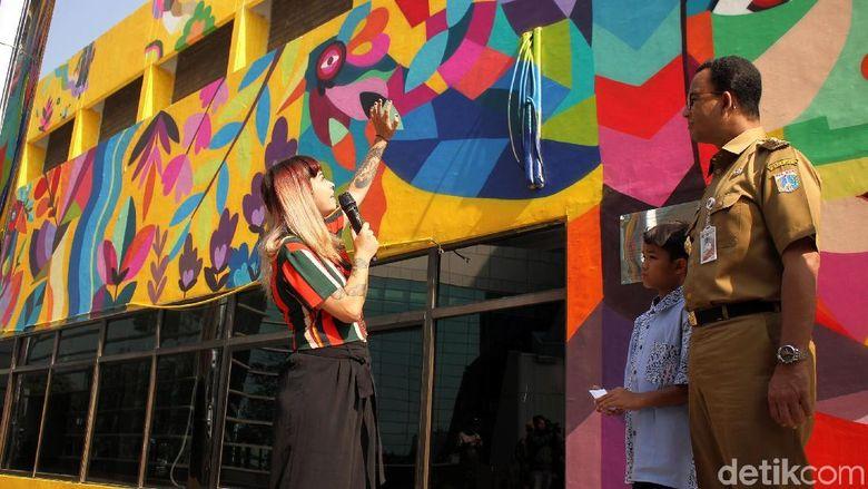 Ia berhasil membuat mural dengan tema unik untuk mempercantik bangunan di Taman Ismail Marzuki. Foto: Rifkianto Nugroho