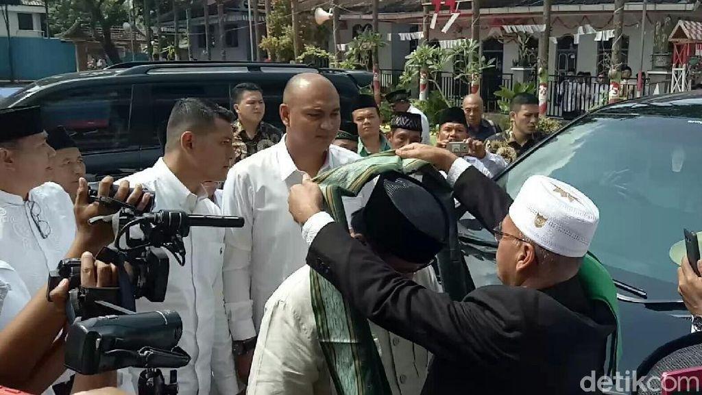 Tiba di Ponpes Darussalam, Prabowo Dikalungi Surban