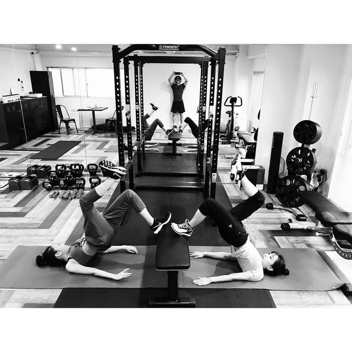 Istri dari penyanyi Jepang, Ryo Katsuji, tersebut ternyata pergi ke gym untuk menjaga kesehatan tubuhnya. (Foto: Instagram/atsuko_maeda_official)