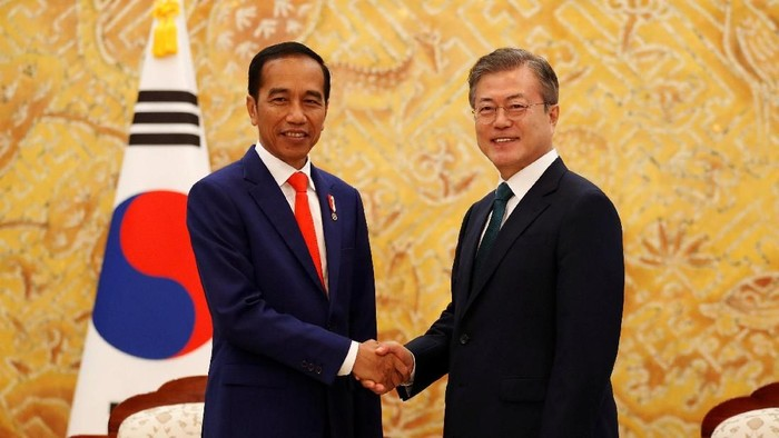 South Korean President Moon Jae-in (c-L) and Indonesian President Joko Widodo (c-R) inspect an honor guard during a welcoming ceremony at the Changdeokgung palace in Seoul, South Korea, 10 September 2018. Jeon Heon-kyun/Pool via Reuters