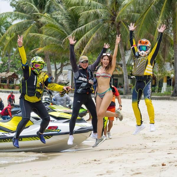 Ada juga foto saat Maria Selena loncat bareng teman-temannya main jet ski. Wah, kapan main jet ski bareng sama Minions nih, Selena?