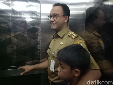 Gubernur DKI Jakarta Anies Baswedan bersama putra bungsunya Ismail Hakim Baswedan di Monas, Senin (10/9/2018)