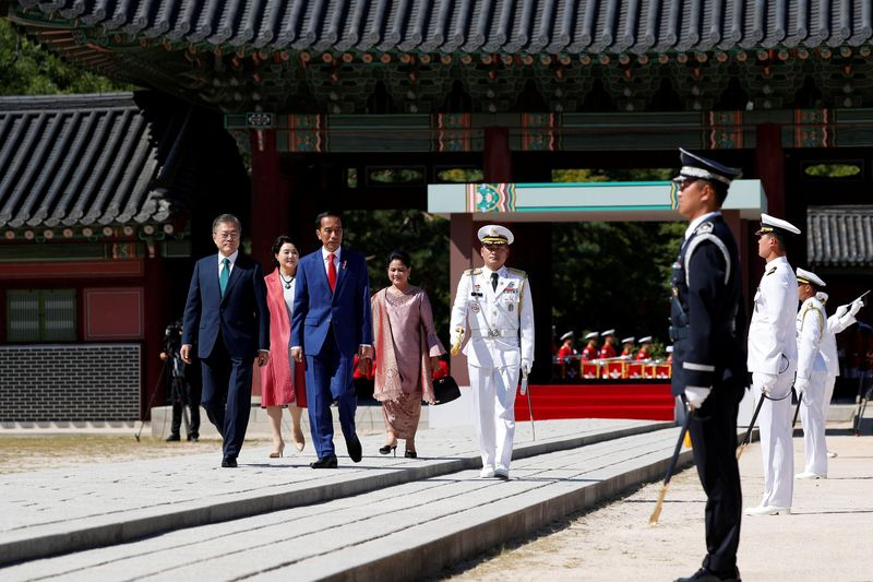 Dalam kunjungan kerja di Korea Selatan belum lama ini, Presiden Joko Widodo disambut di Istana Changdeokgung pada Senin (10/9) pagi (REUTERS/Kim Hong-Ji/Pool)