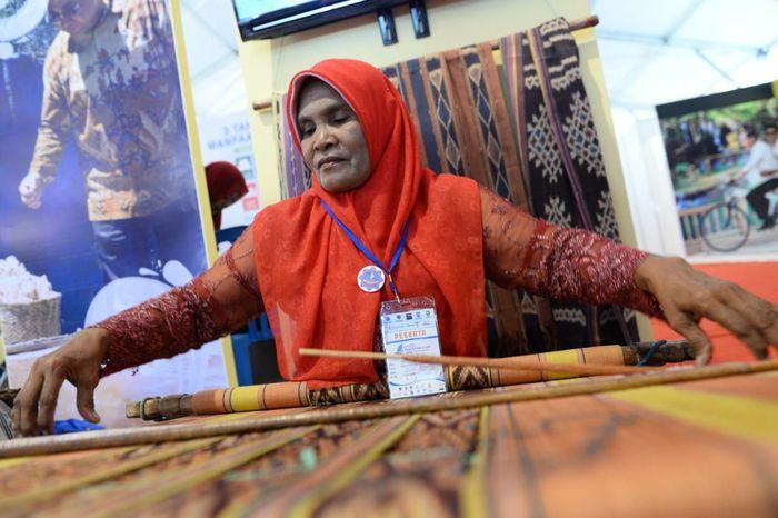 Pengerjaan tenun Alor di stan pameran Kemendes PDTT pada Expo Sail Moyo Tambora, Sumbawa. Tenun Alor memiliki keunggulan lebih halus dan tipis. (Dok. Wahyu Wening)