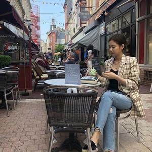 Cantiknya Jennie Blackpink Saat Masak dan Makan Es Krim