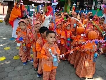 Pawai pakai seragam sekolah justru bikin anak-anak ini makin kompak lho. (Foto: Instagram/ @riffad_08)