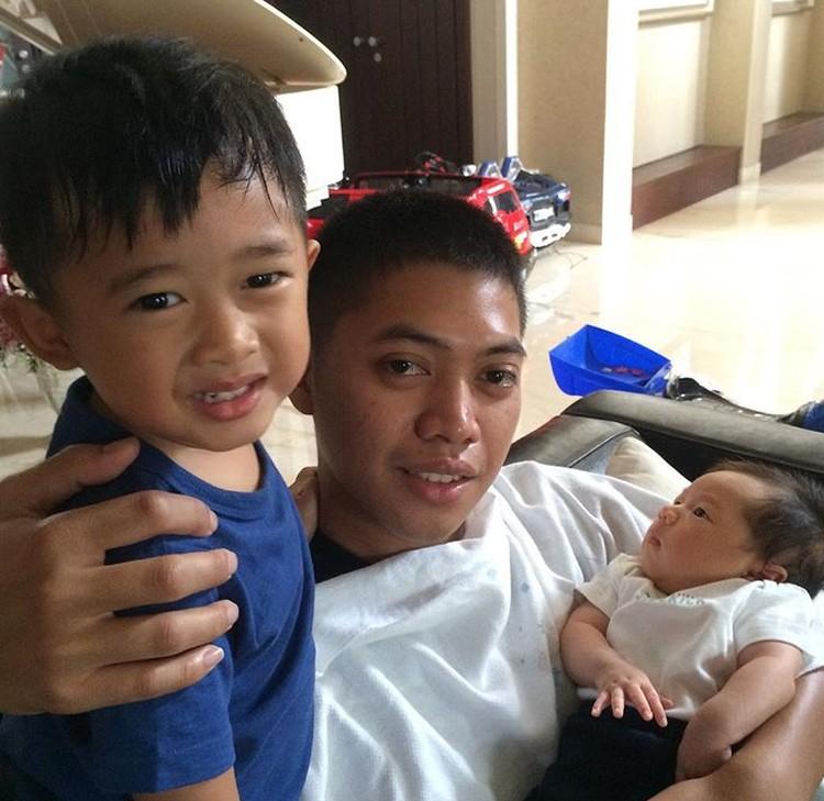Anak pertama dan kedua Ibas dan Aliya, Airlangga dan Sakti bersama om tercinta. (Foto: Instagram/ @rasyidrajasa)