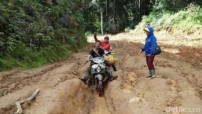 ILUSTRASI/Potret daerah terisolir di Luwu Utara Sulsel/Pasien di Kecamatan Rampi harus ditandu karena tidak ada ambulans