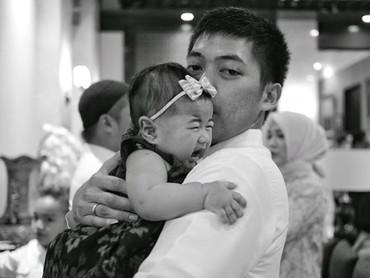 Wah, Om Rasyid sepertinya lagi berusaha menenangkan anak bungsu Ibas dan Aliya, Gaia yang menangis. (Foto: Instagram/ @rasyidrajasa)