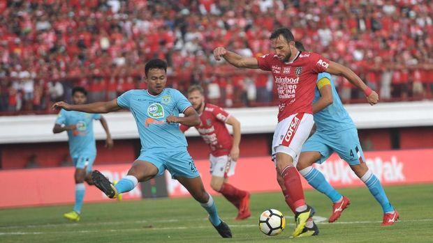 Bali United menempel ketat Persib Bandung usai menang atas Persela Lamongan.