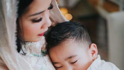 Muah! Cium dan Peluk Hangat Nagita Slavina untuk Rafathar