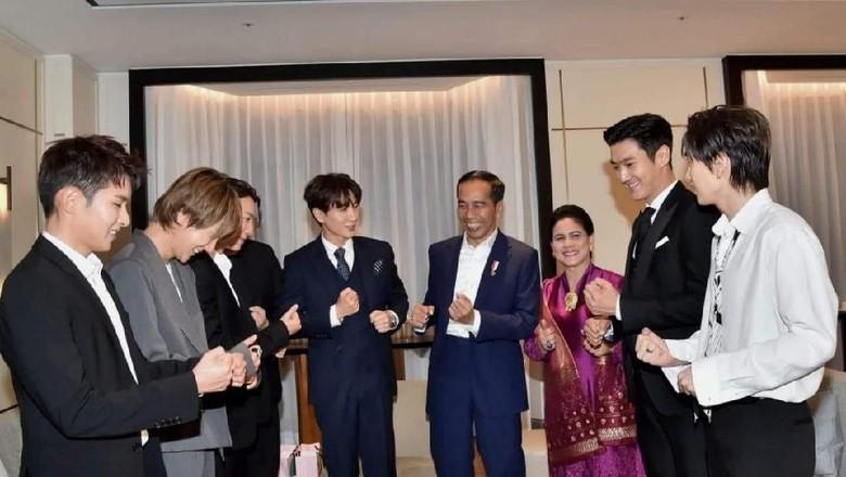 Saat Jokowi Goyang Dayung Bareng Member Super Junior di Seoul