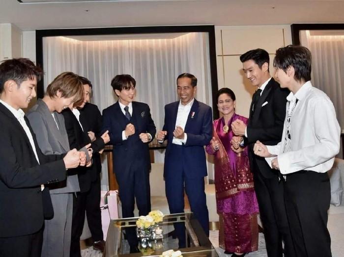 Jokowi dan Iriana sempat bertemu dengan Super Junior selama kunjungan ke Korea Selatan. Foto: Istimewa