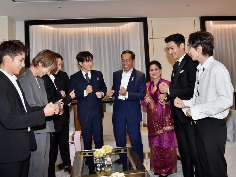 Seru! Jokowi Goyang Dayung Bersama Super Junior di Korsel