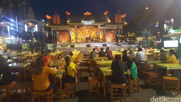 Festival Kuliner Serpong kali ini menampilkan kuliner Kalimantan dengan tajuk 'Pesona Bumi Borneo'. Ada lebih dari 100 tenant dengan beragam makanan.Foto: detikfood