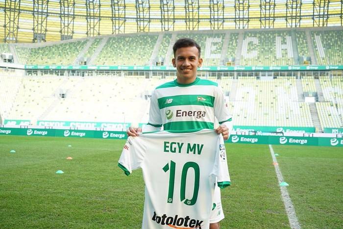Egy Maulana Vikri adalah pemain sepakbola Indonesia yang lahir pada 7 Juli 2000. Di umurnya yang baru 18 tahun ia telah bergabung dengan klub asal Polandia, Lechia Gdansk. (Instagram/egymaulanavikri)