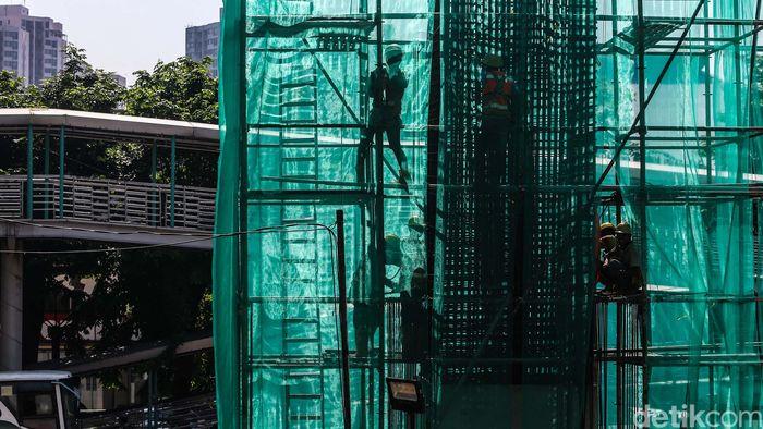 Para pekerja membangun tiang pancang dalam proyek LRT di Jl Rasuna Said, Jakarta, Selasa (11/9).