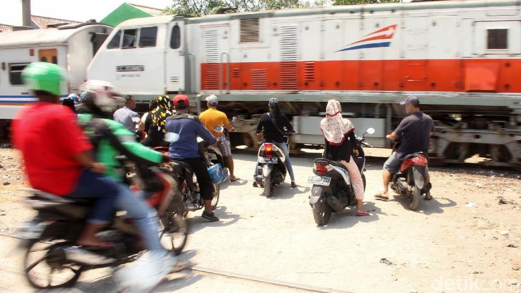 Masih Nekat Terobos Perlintasan Kereta, Nggak Sayang Nyawa?