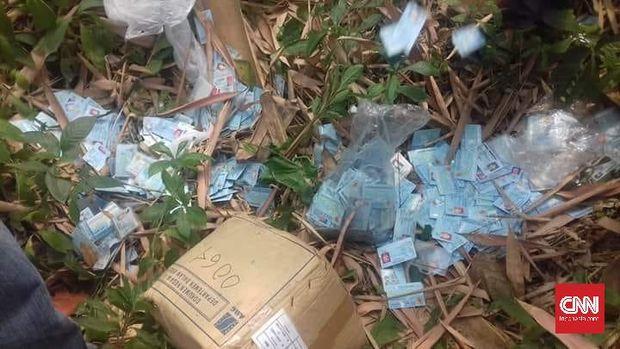 Ribuan lembar KTP yang tercecer di Kampung Banjarsari, Desa Cikande, Kecamatan Cikande, Kabupaten Serang, Banten, beberapa waktu lalu.
