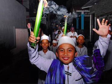 Menyambut tahun baru Hijriah dengan ikutan pawai obor jadi salah satu kegiatan yang seru buat anak-anak. (Foto: Instagram/ @rahmatdianprasanto)