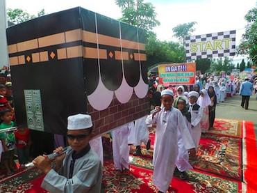 Miniatur kakbah pun turut meramaikan pawai anak-anak ini. Selamat tahun baru 1440 Hijriah, Bun! (Foto: Instagram/ @ghanie_gha)