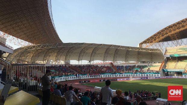 Suasana penonton di tribune Stadion Wibawa Mukti. (