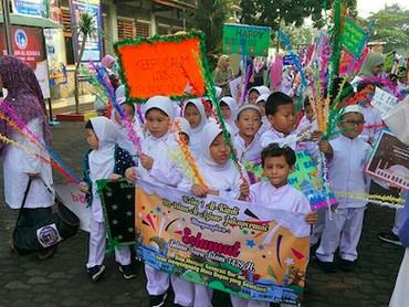 Membawa hiasan dan spanduk bikin pawai anak-anak ini makin meriah. (Foto: Instagram/ @septy_bsa)
