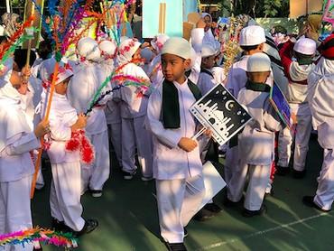 Melihat anak-anak berbaris rapi dengan aneka atribut untuk sambut 1 Muharam bikin kita senyum-senyum sendiri nih. He-he-he. (Foto: Instagram/ @olla_hamzah)