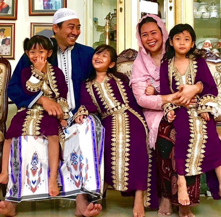 Putri sulung Gus Dur, Zannuba Ariffah Chafsoh Rahman Wahid atau yang biasa disapa Yenny Wahid menikah dengan Dhohir Farisi. Nah, mereka dikaruniai tiga anak perempuan yaitu Malika (8), Amira (6) dan Raisa (3). (Foto: Instagram/ @yennywahid)