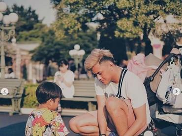 Bukti rasa sayang Rizky Febian pada adiknya yakni membantu si adik mengikat tali sepatu. (Foto: Instagram @rizkyfbian)
