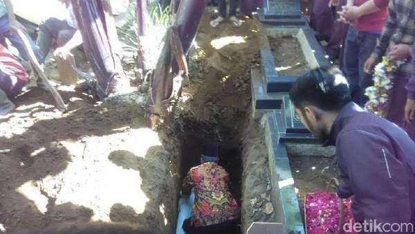 Duka Menyelimuti Pemakaman Ella, Wanita Cantik Korban Pembunuhan