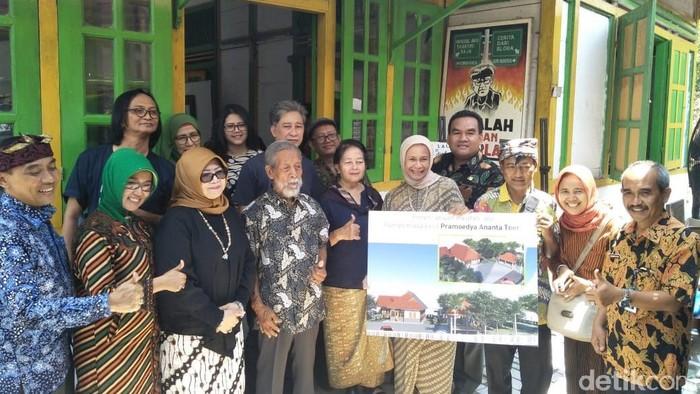 Prosesi potong tumpeng untuk revitalisasi rumah Pramoedya Ananta Toer. Foto: Arif Syaefudin/detikcom