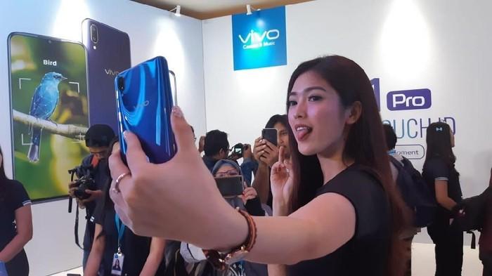 Berikut ini spesifikasi lengkap Vivo V11 dan V11 Pro yang baru diluncurkan (Foto: Virgina Maulita Putri/detikINET)