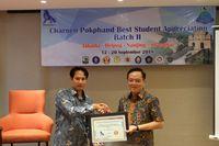 Presiden Direktur Charoen Pokphand Indonesia, Tjiu Thomas Effendy memberikan sertifikat kepada perwakilan salah satu universitas peserta CPBSA tahap II