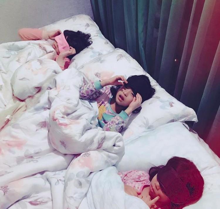 Beginilah ritual tiga cucu perempuan Gus Dur sebelum tidur. (Foto: Instagram/ @yennywahid)