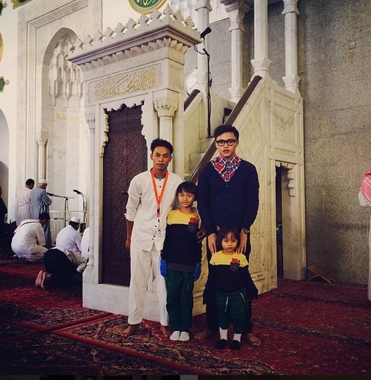 Rizky dan adik-adiknya saat di Masjid Quba untuk menjalankan umrah. (Foto: Instagram @rizkyfbian)