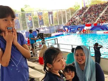 Malika, Amira, dan Raisa diajak bundanya nonton Asian Games 2018 beberapa waktu lalu nih. (Foto: Instagram/ @yennywahid)