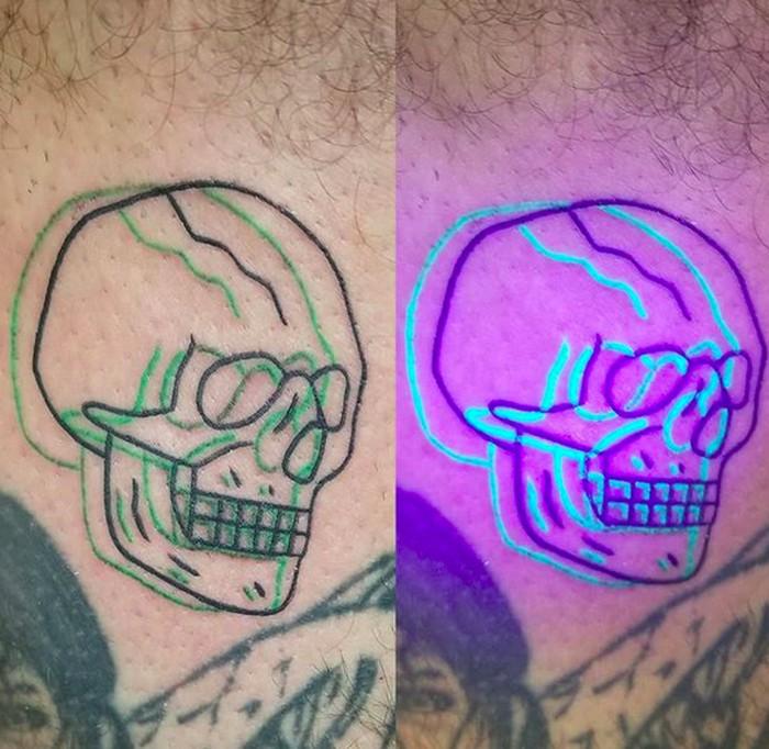 Yang warna hijau itu tinta fluoresen, sedangkan yang hitam hanya tinta tato biasa. Foto: Instagram/special_effects_tattoo